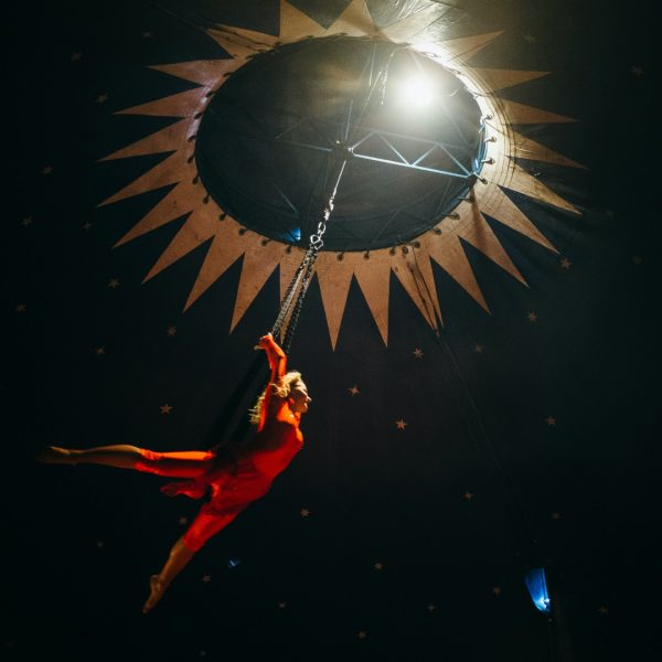 Femme orange volante Cirque du Soleil