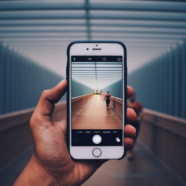 iPhone caméra femme qui marche sur un pont Semaine numérique QC